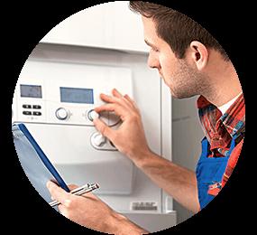 Installateur reguliert die Bedienknöpfe an der Waschmaschine und notiert die Werte auf einem Klemmbrett mit Stift